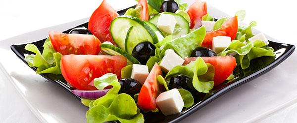 Beyaz peynirli domates salatası nasıl yapılır?